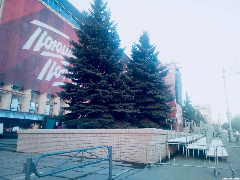 Место, где ранее была свастика. Октябрьская площадь, Пермь, май 2019.