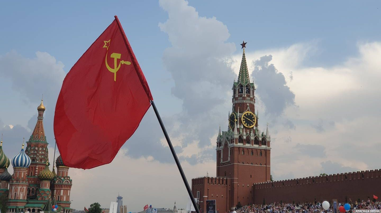 Флаг СССР на «Бессмертном полку» в Москве