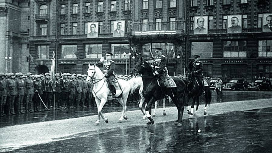 Маршалы Советского Союза Г.К. Жуков и К.К.Рокоссовский на Параде Победы на Красной площади. 24 июня 1945 года