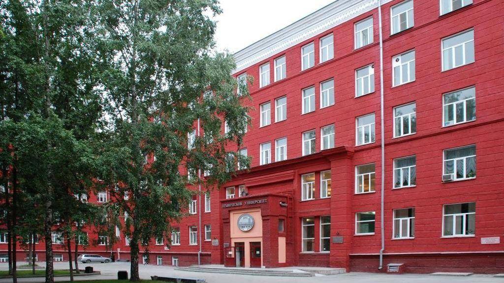 Вход в 1-й корпус Новосибирского государственного технического университета