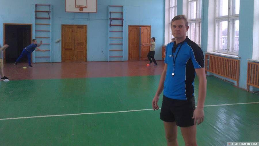 Тренер Михаил Подколзин на тренировке детской секции регби в школе №17 г. Орла