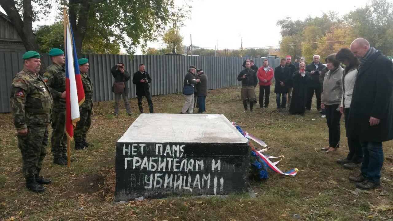 У фундамента памятнику легионерам в Липягах Сергей