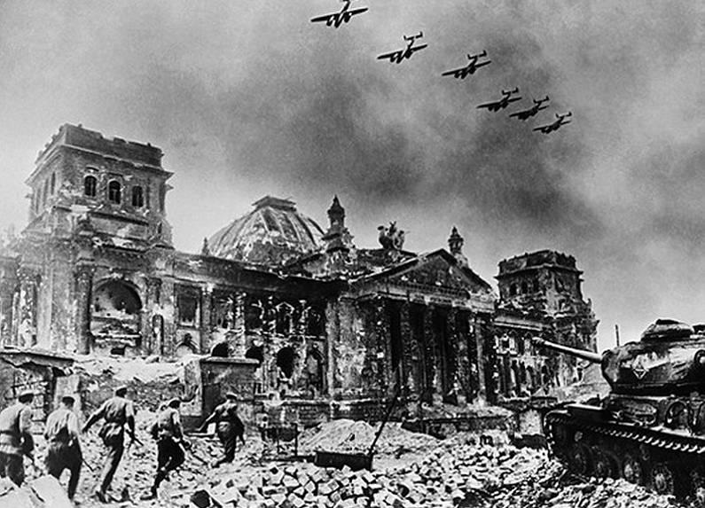 Советские войска штурмуют Рейхстаг. 1945