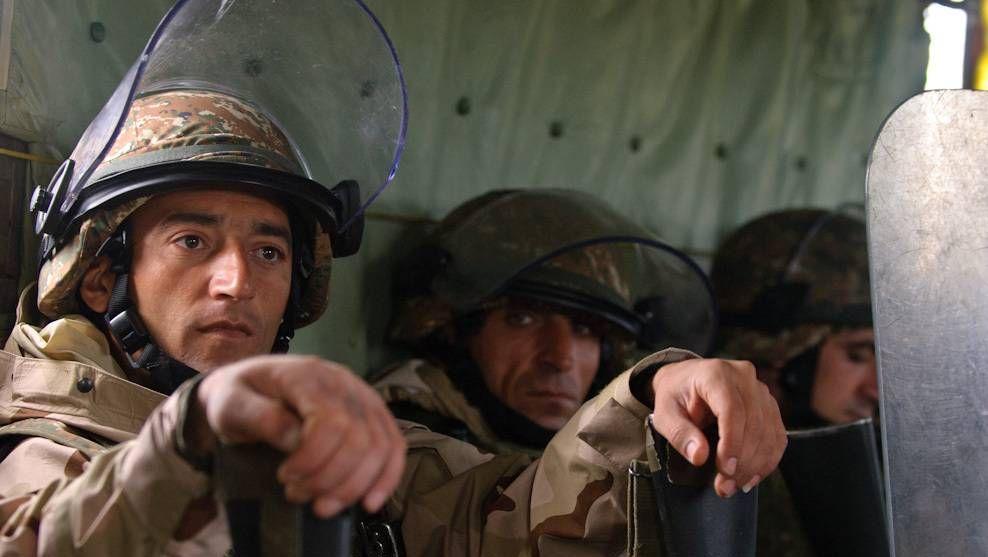 Армянские солдаты готовятся к учениям по выполнению миротворческих заданий. 2012