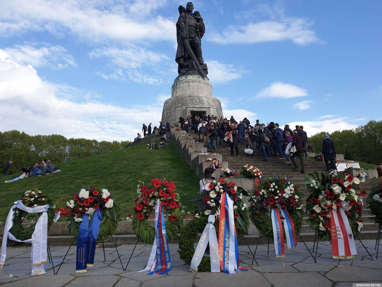 Берлин. Очередь на возложение цветов у Памятника Неизвестного  Солдата.