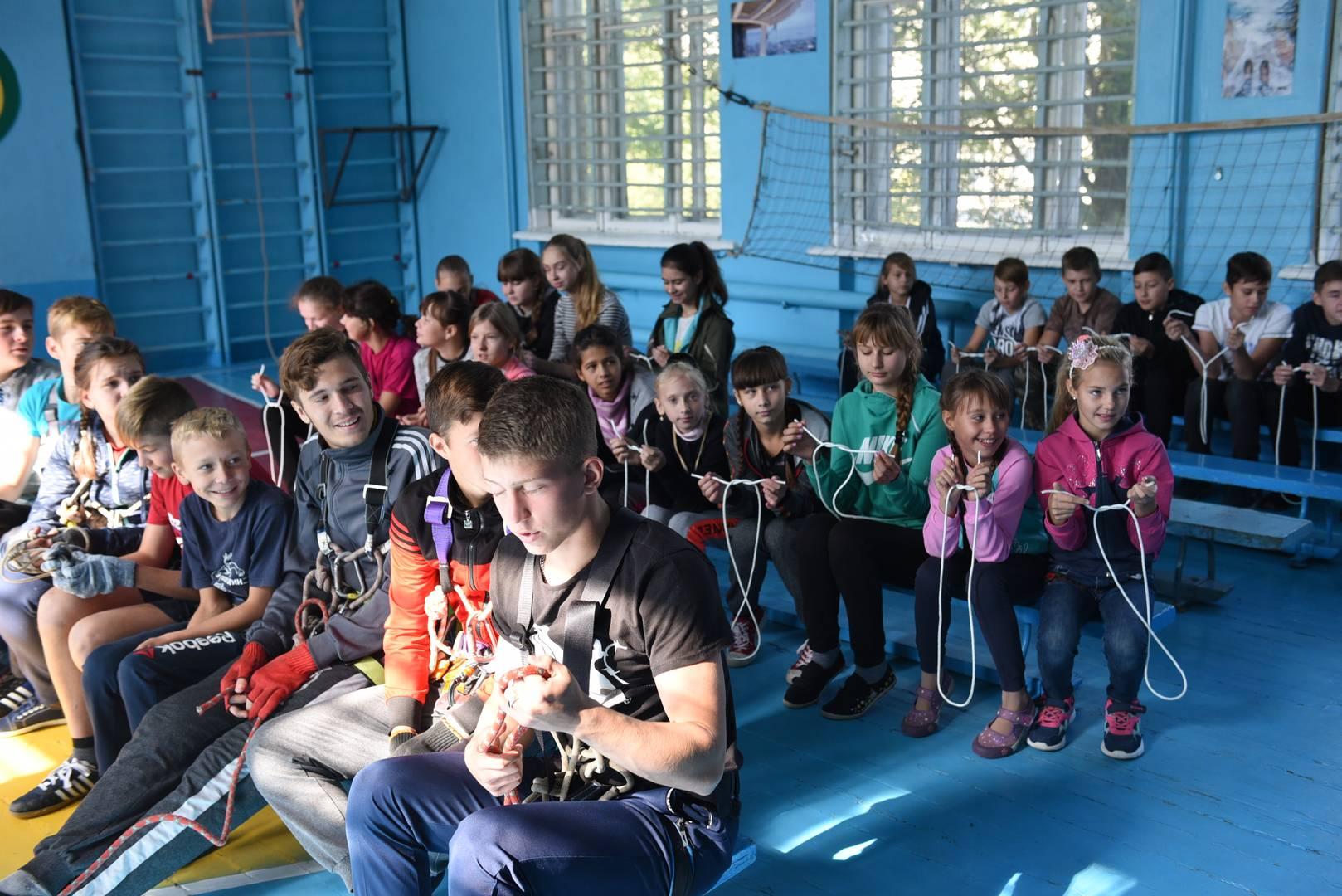 Дети из ЛНР на занятиях по альпинизму