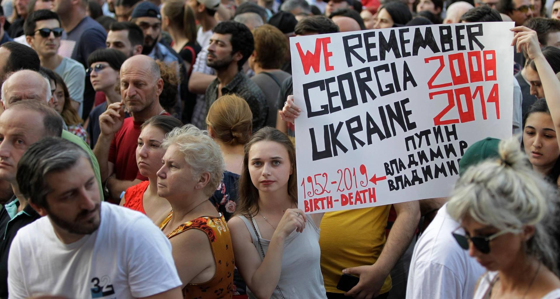 Протестующие перед зданием парламента Грузии. 22 июня 2019 (Фото — AP)