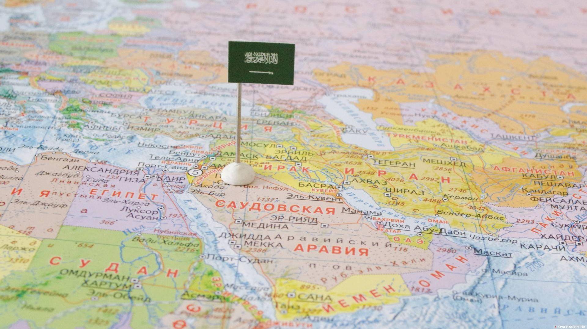 Саудовская Аравия с флагом на карте мира