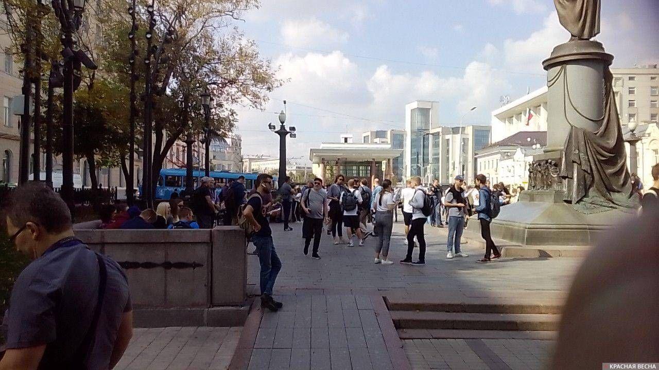 Сбор протестующих у памятника Грибоедову