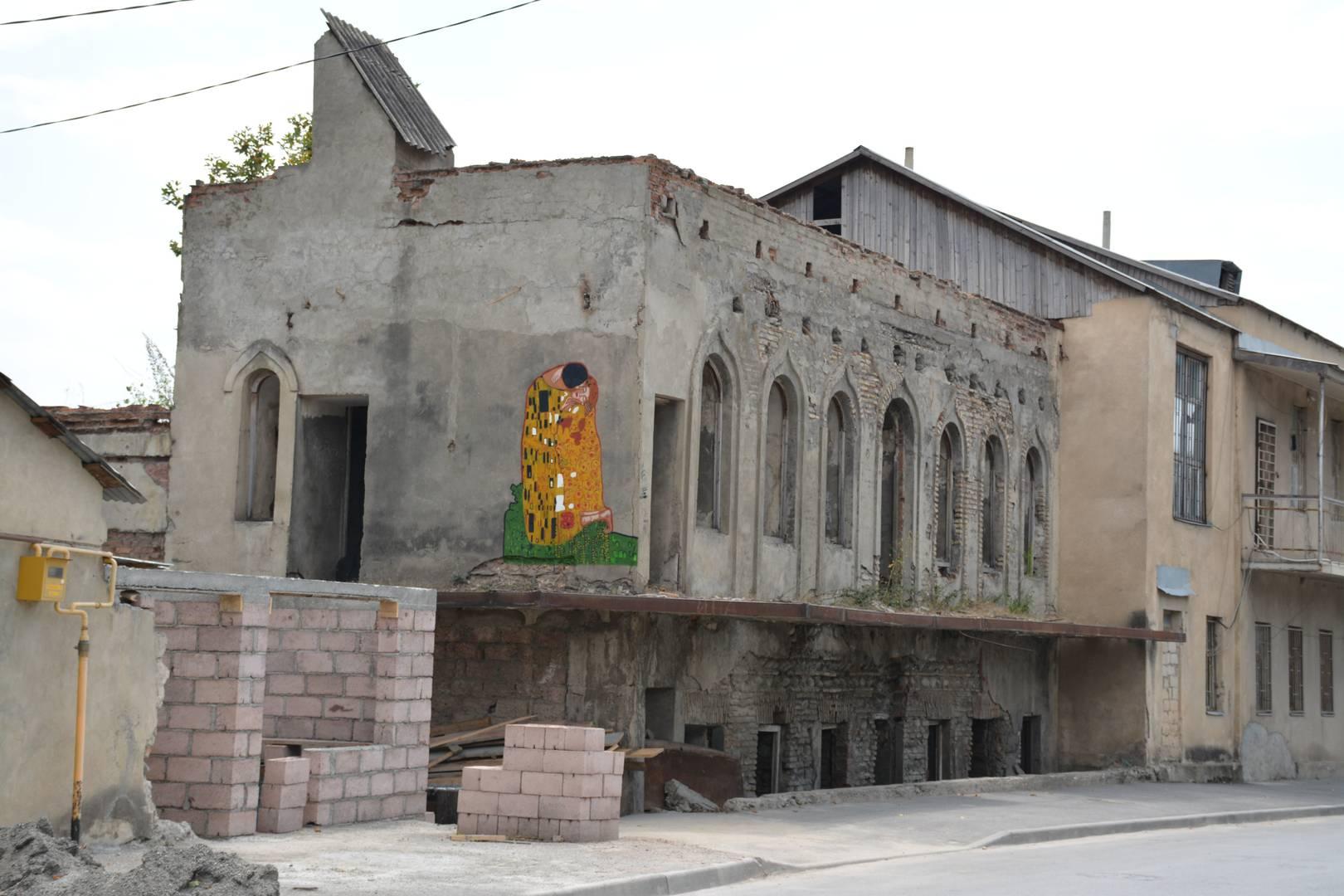 Картина Густава Климта «Поцелуй» на разрушенном здании в Цхинвале