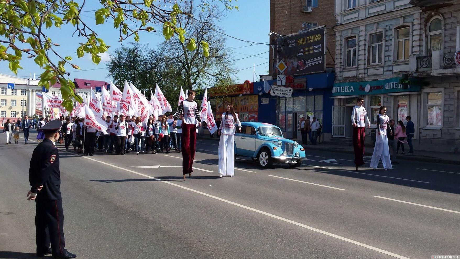 Колонна КПРФ под белыми флагами.