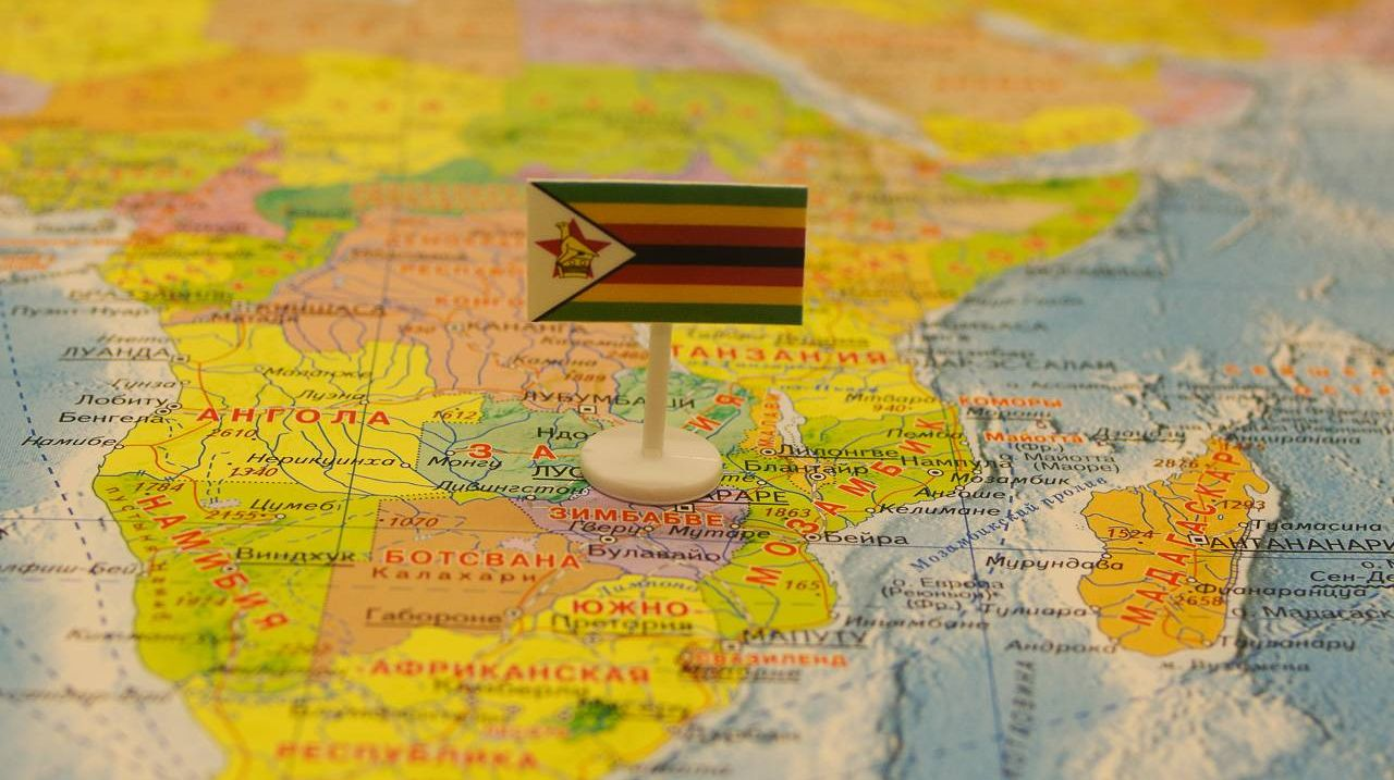 Зимбабве с флагом на карте мира