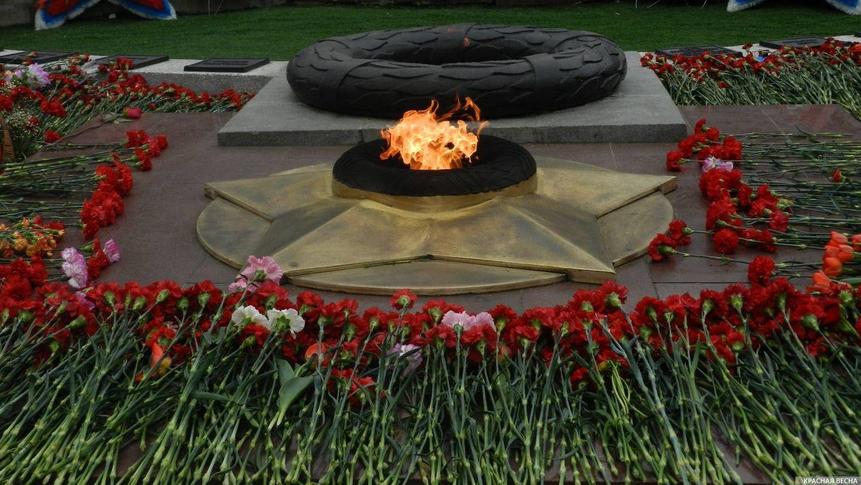 Курган. Цветы у Вечного огня