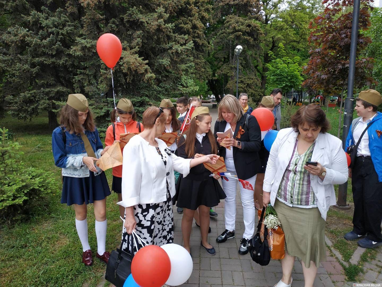 Раздача «Писем с фронта» на улицах Ростова-на-Дону