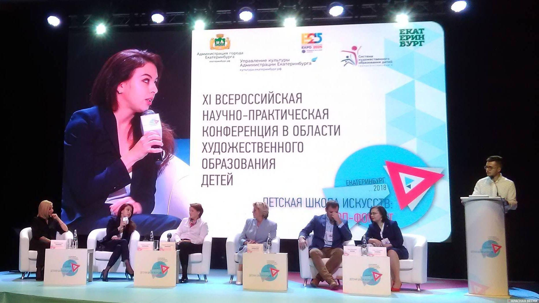 Мария Кабланова (на экране). В зале - вторая слева