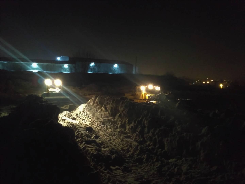 Ночная работа трактористов на саратовском ледяном полигоне