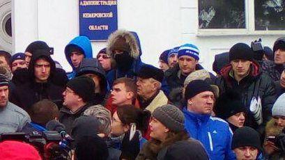 Человек в маске на Митинге в Кемерово