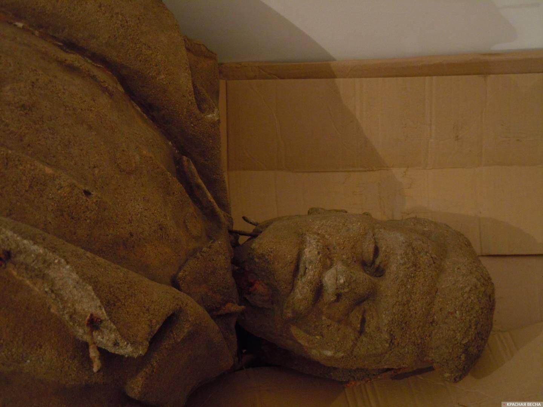 Верхняя часть памятника Сталину
