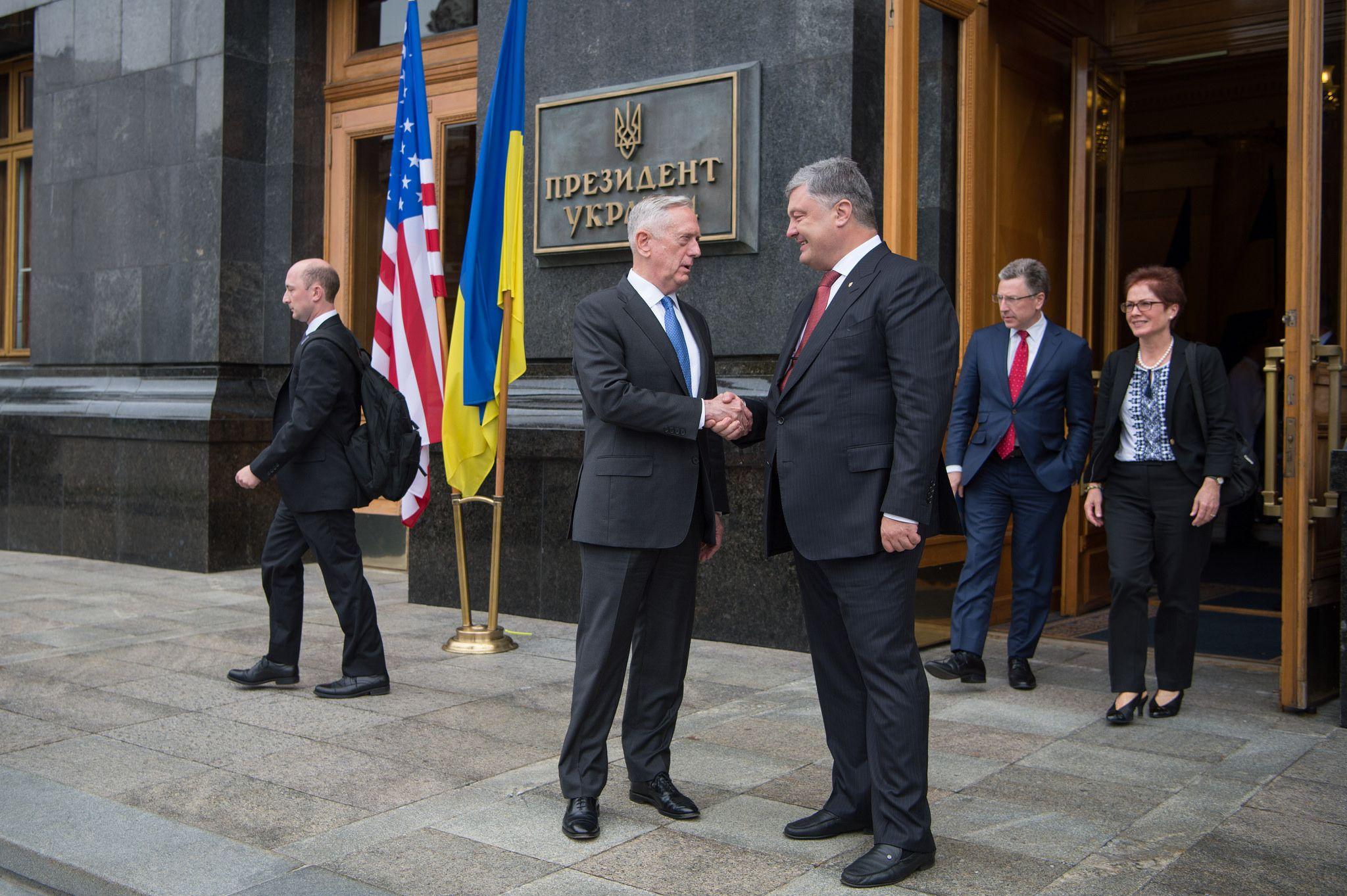 Министр обороны США Джеймс Мэттис жмет руку Петру Порошенко