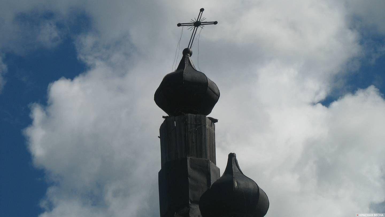 Покосившийся крест на церкви