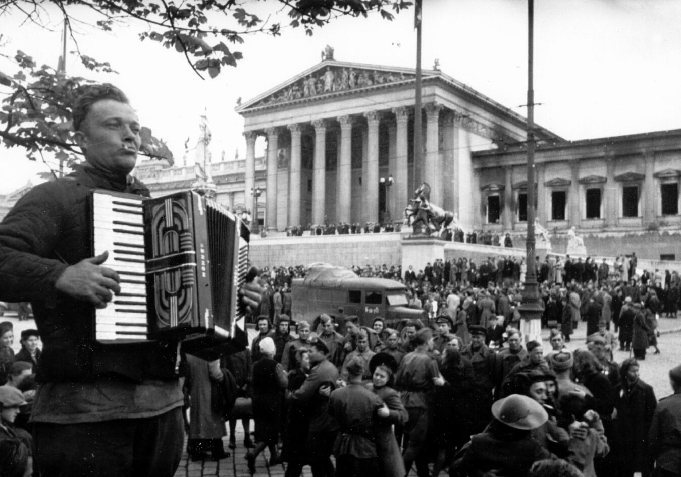 Жители Вены приветствуют советских солдат-освободителей. Апрель 1945 [Embassy of Russia in Vienna]