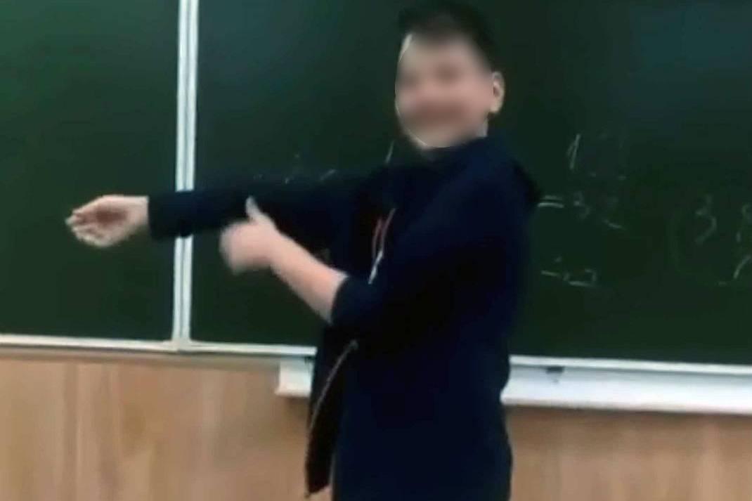Ученик таганрогской школы №8, оскорбляющий учительницу