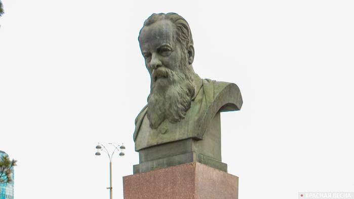 Памятник П. П. Бажову. Екатеринбург.