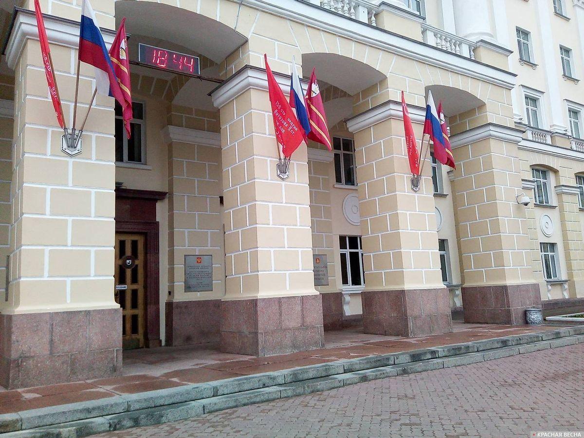 Знамя Победы, триколор и знамя города Смоленска на здании Админстрации Смоленской облассти в честь Дня Победы