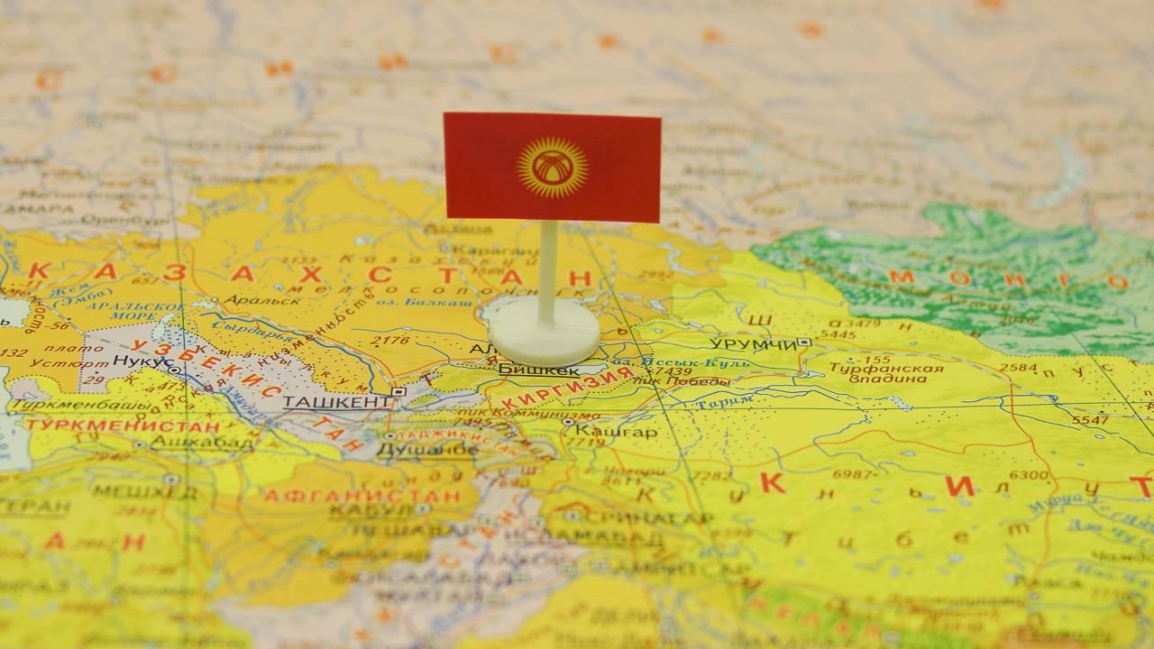 Киргизия с флагом на карте мира