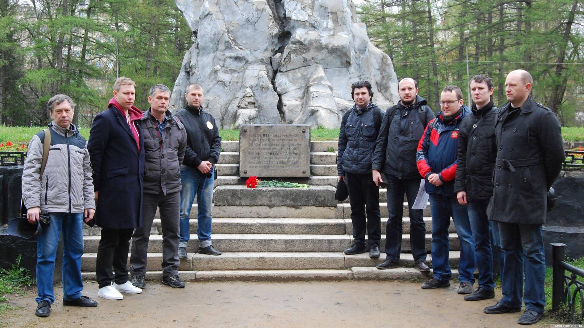 Возложение цветов к памятнику Героев Революции в столетие белочешского мятежа