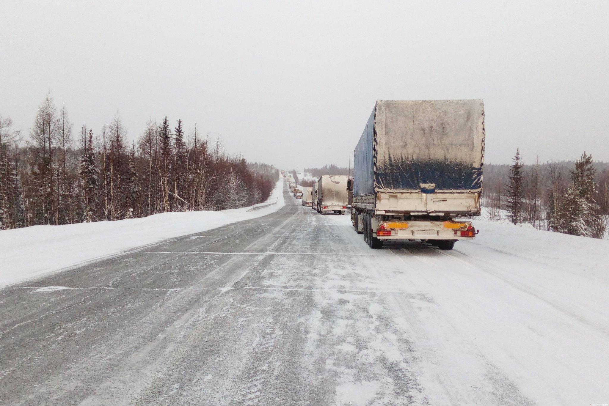 Автоколонна на зимней дороге