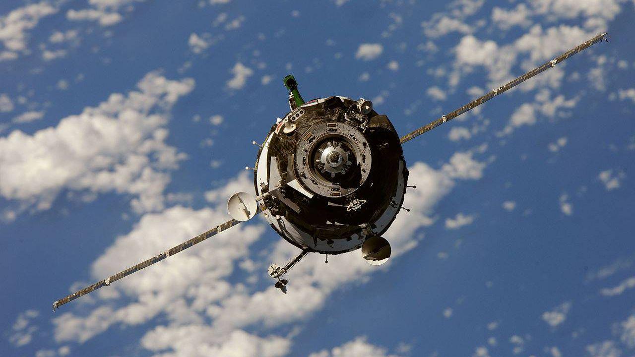 Космический корабль Союз перед стыковкой с МКС