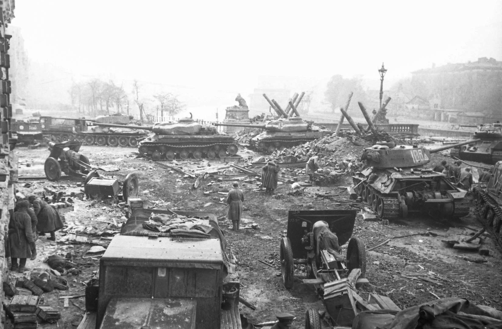 Владимир Гребнев. Советские танки и другая техника у моста Мольтке через Шпрее в районе Рейхстага. Апрель 1945 г.