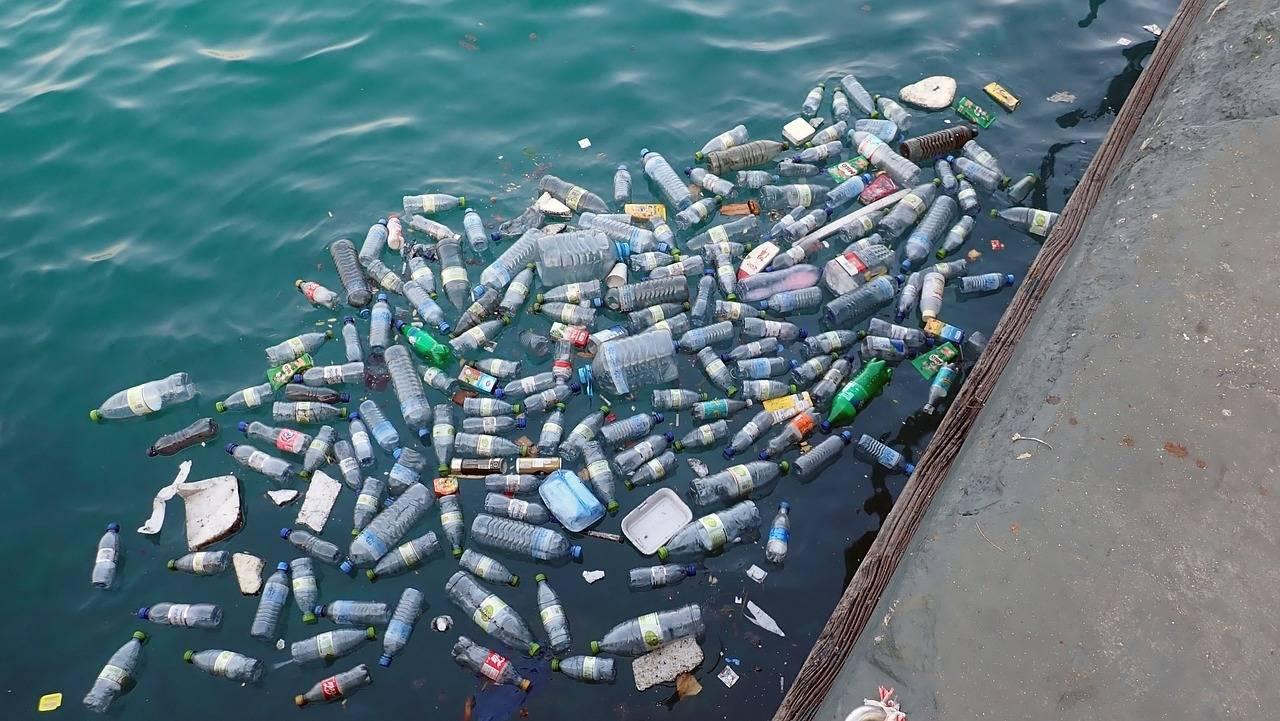 Пластиковые бутылки в воде