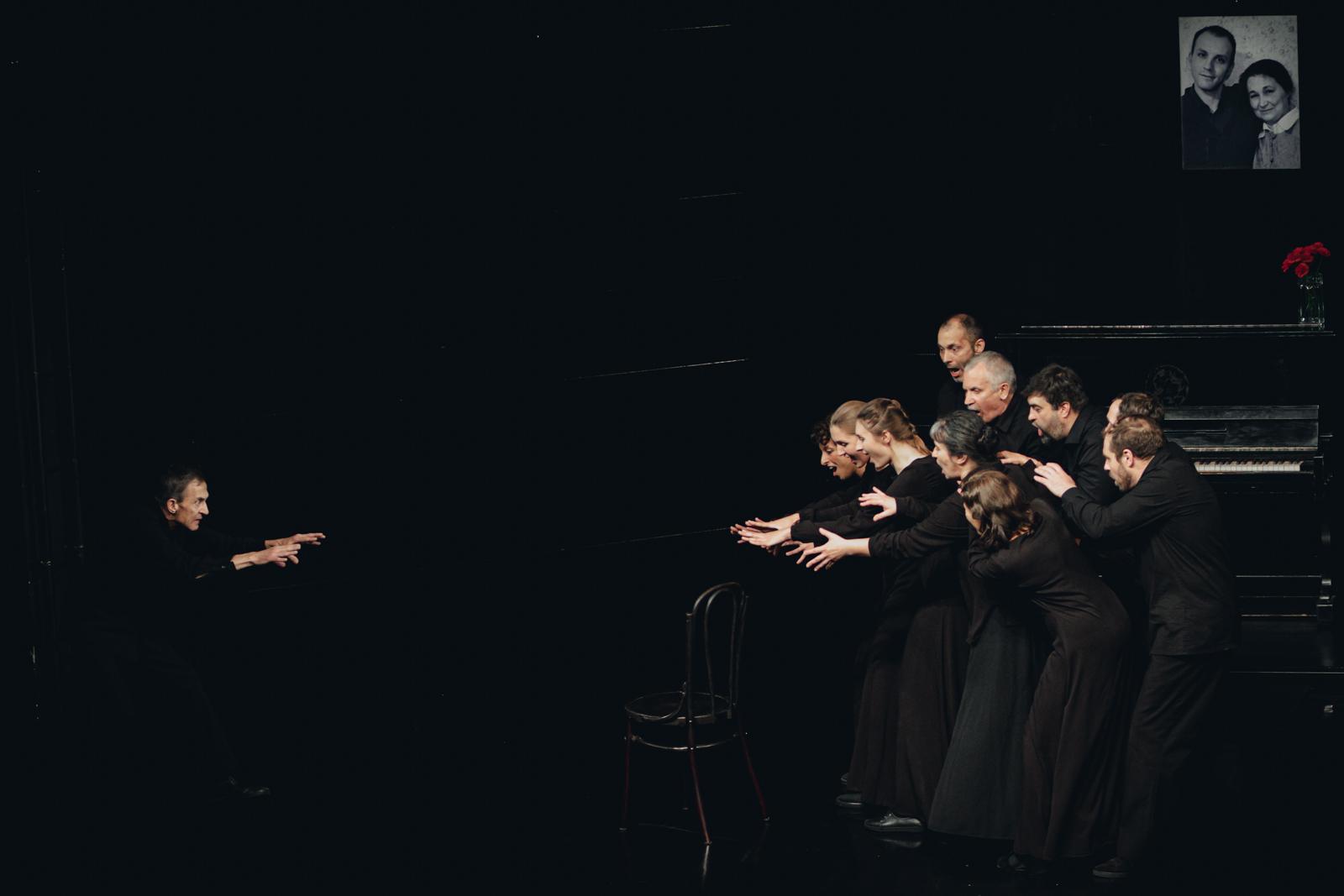 Сцена из спектакля Сергея Кургиняна «Крот». Московский театр «На досках»