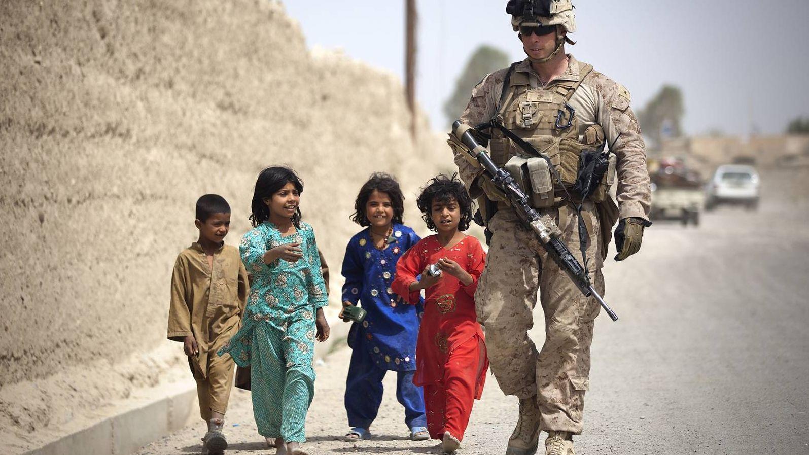 Группа афганских детей с американским морским пехотинцем