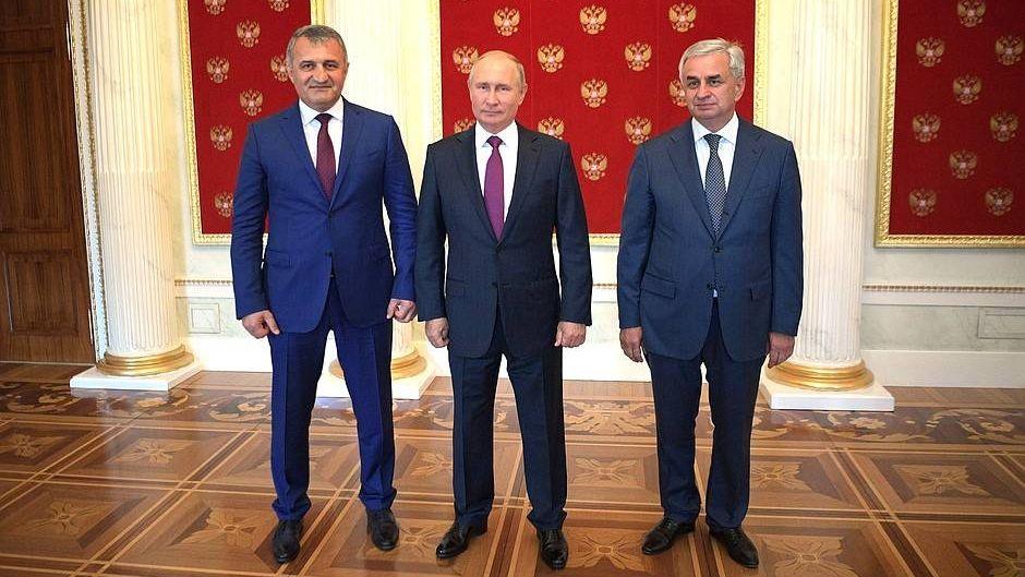 С Президентом Республики Абхазия Раулем Хаджимбой (справа) и Президентом Республики Южная Осетия Анатолием Бибиловым