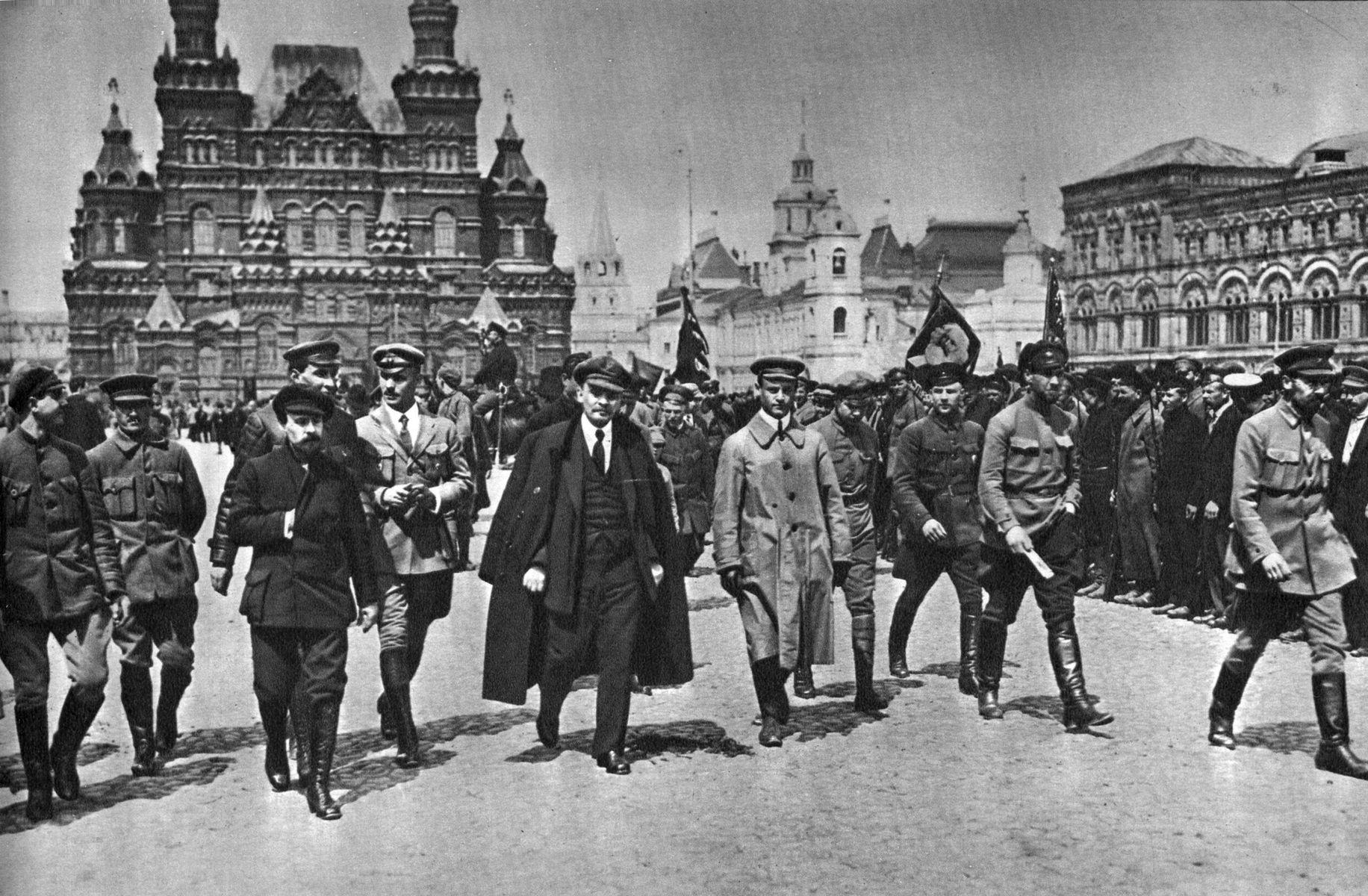 В. И. Ленин с группой командиров обходит фронт войск Всевобуча на Красной площади. Москва, 25 мая 1919 г.