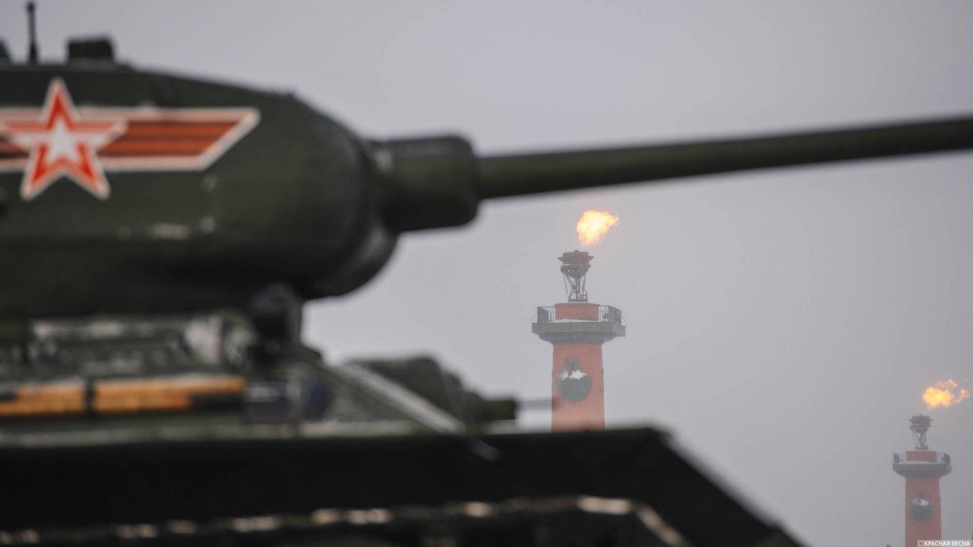 На Стрелке Васильевского острова горят факелы Ростральных колонн