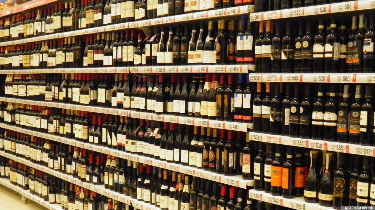 Стеллаж с алкоголем в магазине