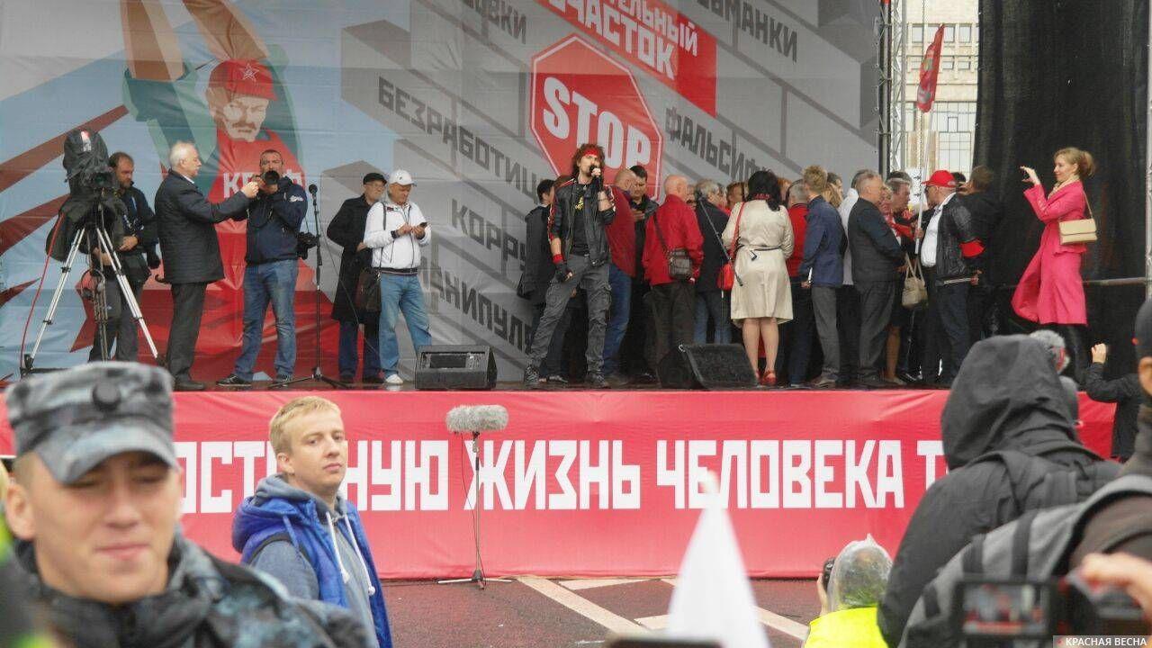 Игорь Тальков (младший) поет в завершение митинга КПРФ