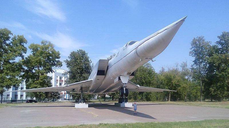 Ту-22М3 на постаменте возле Казанского авиационного завода имени Горбунова
