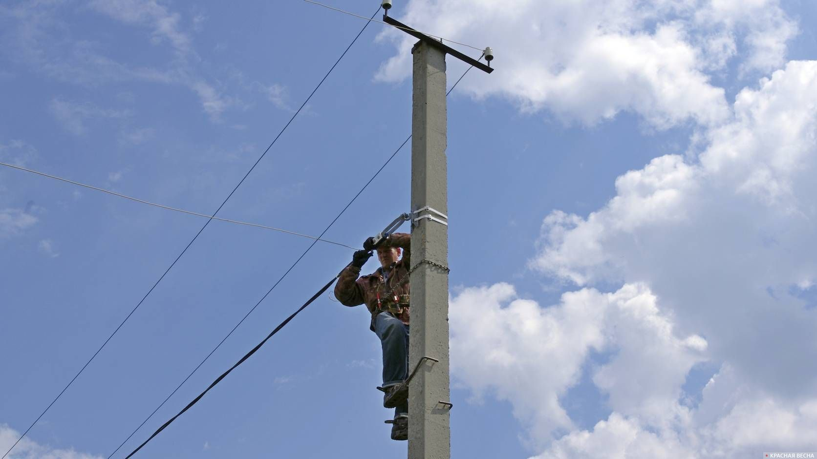 Электрик на столбе