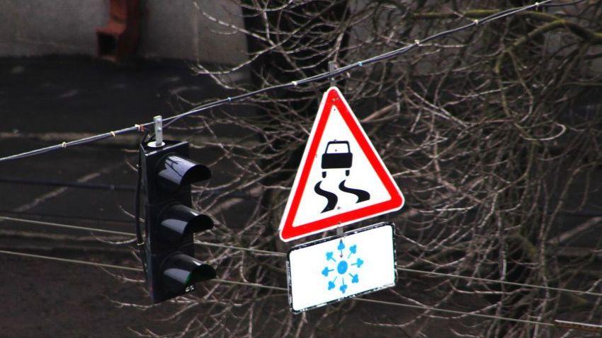 Дорожный знак «Скользкая дорога»