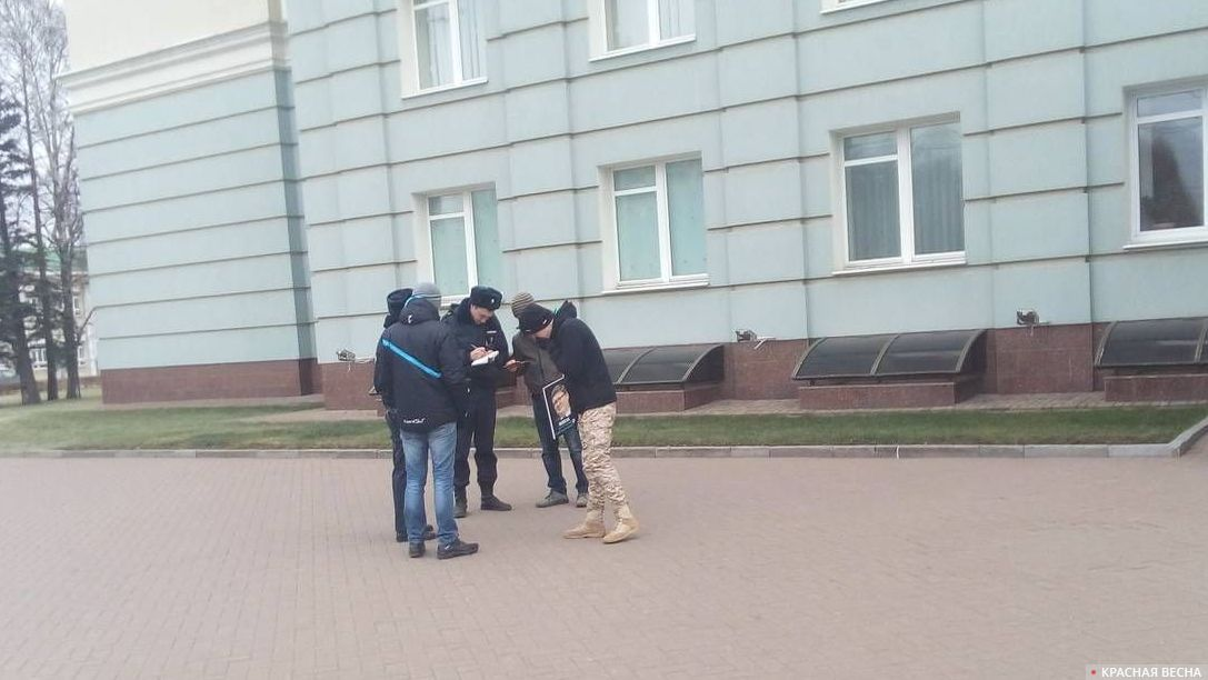 Полиция проверяет документы активиста