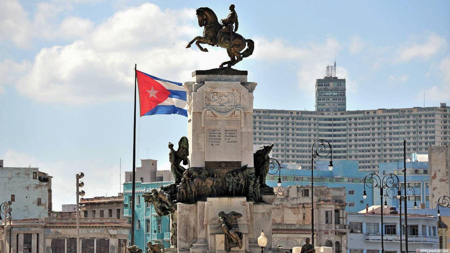 Флаг Кубы и памятник Антонио Масео в Гаване. Куба