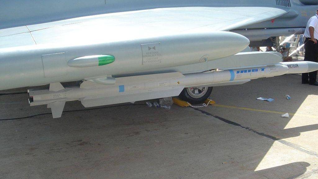 Ракета воздух-воздух на внешней подвеске истребителя Тайфун