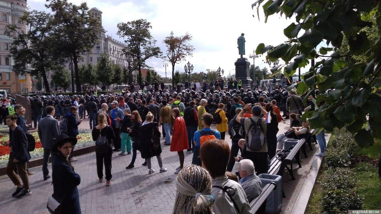 Выдавливание протестующих из сквера на Пушкинской площади