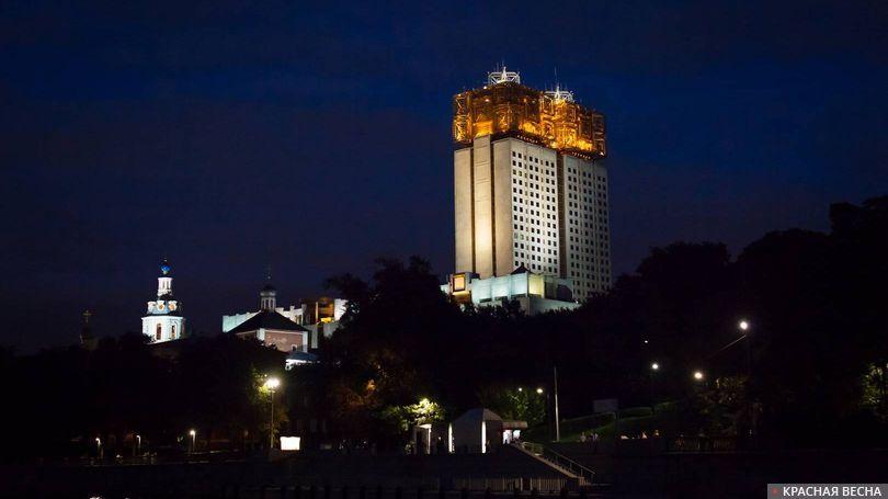 Здание РАН ночью