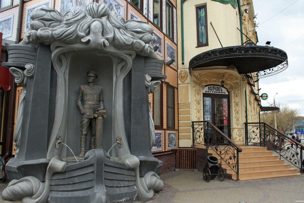 Статуя А.В. Колчака у ресторана. Омск [Анна Рыжкова (с) ИА Красная Весна]